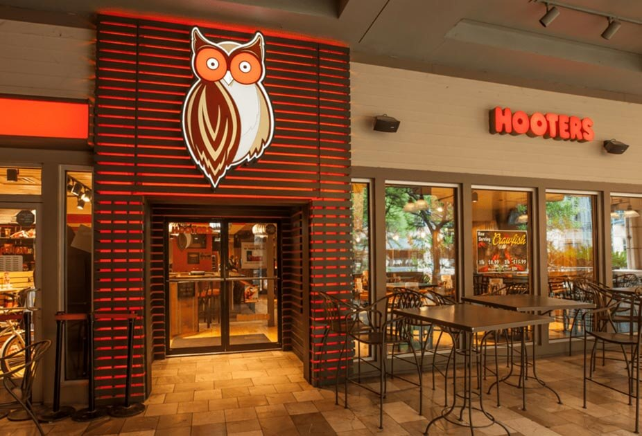 Hooters restaurant location front